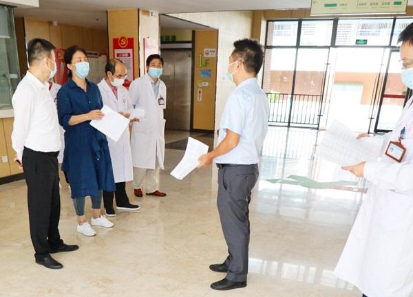 1医院负责人曾翔同志向中心领导汇报应急演练情况.jpg