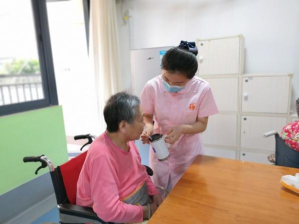 1院内工作人员对老人无微不至的照顾.jpg