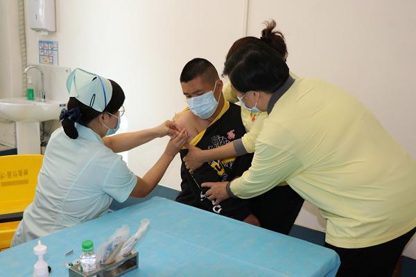 1中心医院为在院青年接种疫苗.png