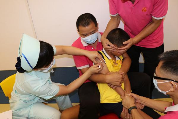 2为孤残儿童接种疫苗.png
