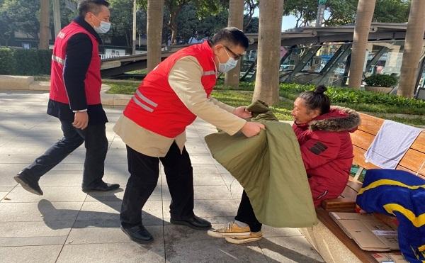 1-市民政局陈文清副局长带队开展街面巡查和防寒救助.jpg