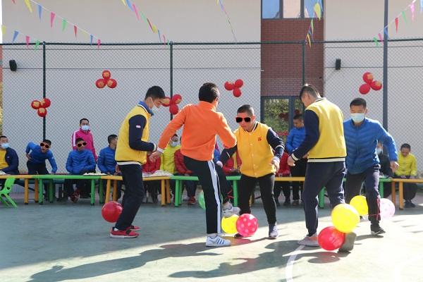 孩子们开心地玩着踩气球比赛,笑声欢呼声此起彼伏。.JPG