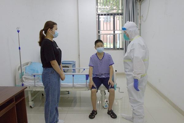4.急诊科医生对患者进行诊断、询问病史.jpg